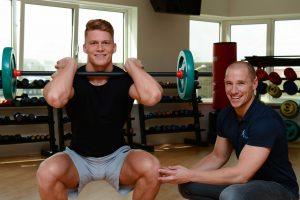 De fysiotherapeut helpt door sportfysiotherapie toe te passen