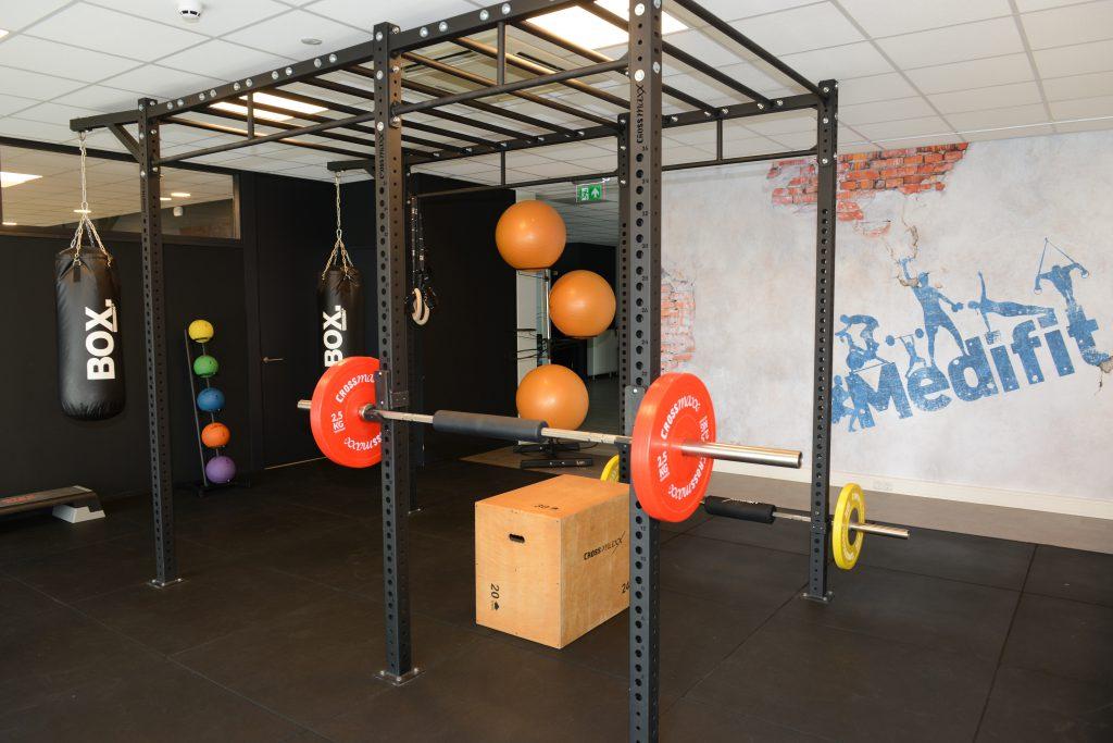 Sporten onder begeleiding met verschillende materialen.