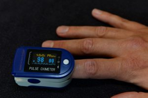 Een pulse-oximeter wordt gebruikt voor de meting van de hartslag en het zuurstofgehalte in het bloed van de patient.